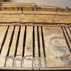 TEHDÄÄN HYVIN | HANDMADE QUALITY Työvaihe: Työpöytä, jolla sohvarunkoja kootaan. Jäljet hyvin nähtävissä! | Craft: Assembly table for sofa frames. A lot of traffic has gone through this spot! Tuotantolinja: Sohvat | Production line: Sofas  #pohjanmaan #pohjanmaankaluste #käsintehty