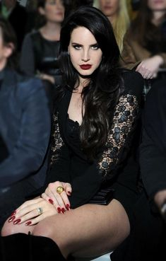 Lana Del Rey at the front row of the Versace Fashion Show. I mean come one how is she even real. Elizabeth Woolridge Grant, Elizabeth Grant, Pretty People, Beautiful People, Hot Red Lipstick, Versace Fashion, Versace Dress, Neue Outfits, Grunge Hair