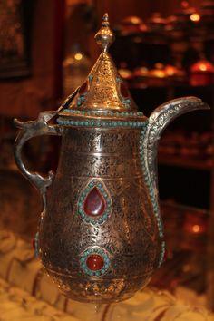 saudi arabian antique tea pot Islamic World, Teapots And Cups, Magic Carpet, Tea Service, Coffee Art, Saudi Arabia, Vintage Tea, Tea Towels, Tea Time