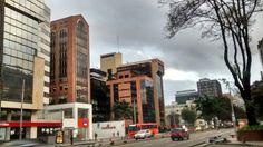 Un nuevo amanecer y las calles comienzan a llenarse de transeúntes y las vías de vehículos en Bogotá.