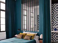 Une version moderne du lit en alcôve aérée par la présence d'une verrière.