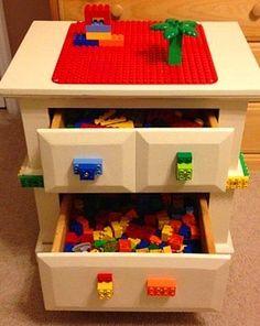 Lego, hem dağınıklığı hem de bastığında yarattığı korkunç acıyla oyuncaklar içerisinde tehlikeli bir yerdedir. Bir komodine şekil vererek kullanışlı bir Lego masası yaratabilirsiniz.