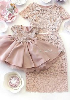 Mostrar a sara Mother Daughter Fashion, Mother Daughter Matching Outfits, Mom Daughter, Little Girl Dresses, Girls Dresses, Flower Girl Dresses, Baby Girl Fashion, Kids Fashion, Jw Mode
