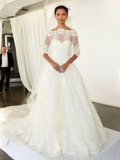 """""""Was würde Kate tragen?"""" könnte das Style-Mantra der Steinbock-Frau lauten. Wenn es auf die Suche nach dem perfekten Brautkleid geht, sollte sie sich am Style von Duchess Catherine orientieren. Die Steinbock-Frau liebt qualitativ hochwertige Kleidungsstücke, die klassisch und leicht zu kombinieren sind. Sie sollte ein zeitloses Hochzeitskleid wählen das so elegant und zeitlos ist wie sie selbst. Hier seht ihr ein passendes Brautkleid von Marchesa."""