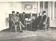 Colmar von der Goltz Pascha mit türkischen Generälen, darunter Enver Pascha. Foto aus dem Bestand des Bundesarchivs-Militärarchivs in Freiburg, N 737-35.