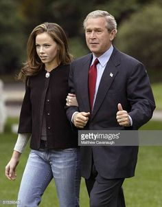 S President George W Bush and his daughter Barbara Bush leave the White House October 22 2004 in Washington DC Bush is depaeting for a multistate. Jenna Bush, Laura Bush, Barbara Bush, American Presidents, Us Presidents, George Bush Family, Dynamic Duos, Catholic Priest, Head Of State