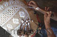 Também chamada renda da terra, a renda de bilro tem origem portuguesa. É feita com uma almofada e bilros, espécie de fusos. Ao movimentar os bilros, a artesã vai compondo uma trama delicada que resulta num dos mais bonitos tipos de artesanato do Ceará.