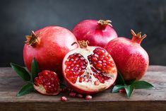 11 Proven Health Benefits of Pomegranate. Pomegranates are not a well-known fruit but they rising star on the health scene. High Glycemic Foods, Mousse, Pomegranate Juice, Pomegranate Recipes, Pomegranate Extract, Grenade, Nutrient Rich Foods, Heart Healthy Recipes, Fruit Art