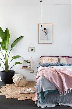 Très pratiques pour poser un réveil, une bouteille d'eau ou son livre préféré, les tables de chevet habillent la chambre et participent...