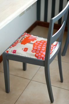 My Fun Time : Dos sillas restauradas! Vanity Bench, Furniture, Home Decor, Refurbished Chairs, Painted Chairs, House Decorations, Salvaged Furniture, Good Monday, Inventions