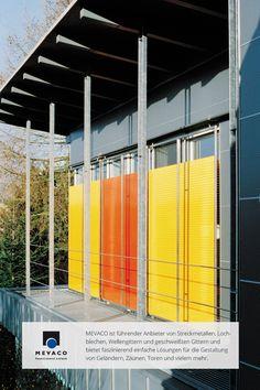 Dieser Anbau im westfälischen Hamm bekommt durch einen Sonnenschutz aus Lochblech in Melonengelb und Blutorange Farbe an die graue Fassade. Architekt Gunther Lohmann ist begeistert von dem Material. Mehr unter http://www.mevaco.de/fascination-23 #MEVACO #Sonnenschutz #Aluminium #Lochblech #FaszinationNo23
