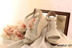 Comprar online esparteñas de novia Alpargatas de novia o también llamadas cuñas de novia. Totalmente artesanales fabricadas en España. Envío gratis.