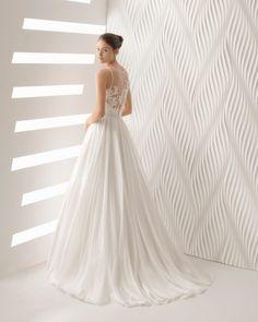 Nuestras nuevas propuestas tattoo en vestidos vaporosos son tendencia. Este vestido de novia estilo boho de encaje y voile con escote en V.