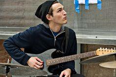 Happy Birthday Josh Klinghoffer ♪♫♪   ★  3/Oct/1979, EU. Músico Multiinstrumentista (Batería, Guitarra, Piano, Bajo, Sintetizador), Productor y Miembro de la banda Red Hot Chili Peppers.