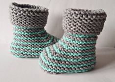 Knitting Terms, Easy Knitting Patterns, Baby Patterns, Baby Boy Or Girl, Button Flowers, Garter Stitch, Photo Tutorial, Baby Booties, Warm And Cozy