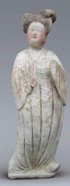 TANG (618 - 907) Fat Lady debout, aux mains levées et portant une ample robe. En terre cuite ocre à engobe et à polychromie. (Restaurations). Test de thermoluminescence. H. 47 cm