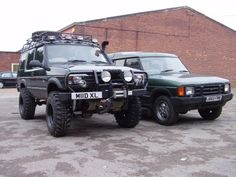 """2"""" Body lift next to a standard Discovery 200 TDI"""