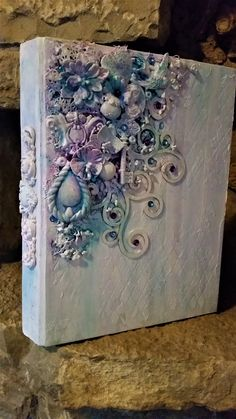 Give a new life to your old binders! Romantic touch in a mixed media layout. I have used chipboards, elements of clay, paper flowers and mica powders.