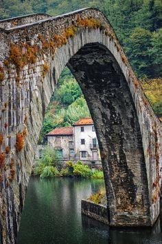 (by Duane Bender)--Ponte della Maddalena (Italian:  Bridge of Mary Magdalene) is a bridge crossing the Serchio river near the town of Borgo a Mozzano in the Italian province of Lucca.