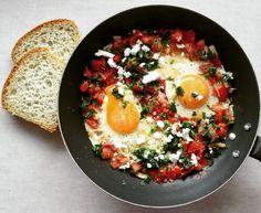 Szakszuka na 350 kcal. 🍅 B: 20g T: 18g W: 37g Bł: 7g ➖➖➖➖➖➖➖➖➖➖➖➖➖➖➖➖➖➖ 200 g pomidora ćwierć cebuli 2 jajka sól, ostra papryka (suszone peperoncino), bazylia, oregano natka pietruszki mały kawałek sera typu bałkańskiego albo greckiego 50 g chleba pół łyżki oleju, oliwy  Pomidora pokroić w kostkę, wrzucić na suchą patelnię razem z pokruszoną papryczką. Dodać pokrojoną w kostkę cebulę i dusić do miękkości. Zrobić dwa wgłębienia na patelni i wbić w nie jajka. Gdy białko się zetnie, dodać…
