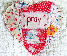 quilted little pray heart Old Quilts, Small Quilts, Vintage Quilts, Small Sewing Projects, Sewing Crafts, Quilted Christmas Ornaments, Sewing Circles, Fabric Hearts, Quilted Gifts