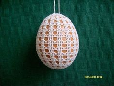 In the year Easter Sunday fall on April 5 and here is a beautiful crochet idea: Found here: http:& Crochet Baby Poncho, Crochet Chicken, Easter 2015, Easter Crochet Patterns, Crochet Christmas Trees, Crochet Snowflakes, Fabric Yarn, Easter Holidays, Egg Decorating