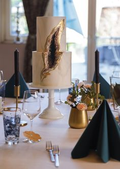 Dies ist eine von unzähligen Möglichkeiten euren Hochzeitstisch zu Dekorieren. Und die Hochzeitstorte zu präsentieren. Candles, Table Decorations, Home Decor, Small Hall, Huge Windows, Cozy Chair, Coffee Break, Birthday Celebrations, Decoration Home