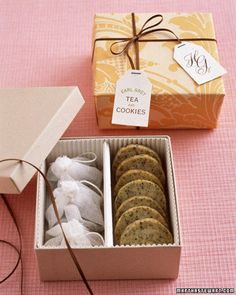 Earl Grey tea cookies: mixing tea leaves into shortbread batter. Customize a box with corrugated paper to form section for cookies and tea bags. Tea Favors, Cookie Favors, Wedding Favours, Wedding Gifts, Wedding Cookies, Cookie Box, Diy Wedding, Cookie Gifts, Trendy Wedding