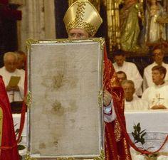 L'Arcivescovo Carlos Osoro benedice i fedeli con il panno di sangue di Oviedo