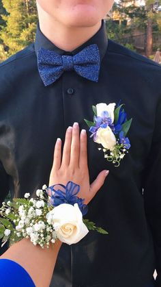 Insanely Stunning Matching Boutonniere and Wrist Flower Blue Corsage, Prom Corsage And Boutonniere, Groom Boutonniere, Corsages, Prom Pictures Couples, Homecoming Pictures, Prom Couples, Wrist Flowers, Prom Flowers