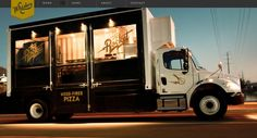 焼き釜を運ぶピザ販売トラック