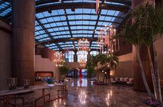 Durch diese Lobby des Wellnesspalasts erreicht man die 164 Zimmer - und...