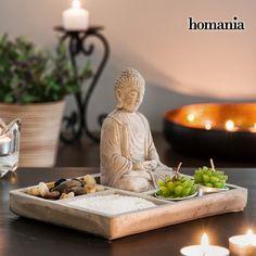 8,00€ · Jardín Zen Decorativo con Buda Homania · ¡Apuesta por la decoración zen oriental que te ayudará a meditar y reducir el estrés, y consigue ya el jardín zen decorativo con Buda Homania!  2 velas con forma de planta Sal y piedras decorativas Figura Buda de cemento (aprox. 9 x 12 x 7 cm) Bandeja de cemento con compartimentos (aprox. 19,5 x 2 x 15 cm) · Hogar y jardín > Decoración > Adornos