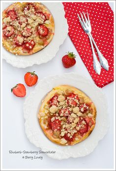Rhubarb-Strawberry Streuseltaler