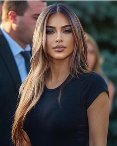 Kim with light brown hair 😍🔥. Kim Kardashian Cabelo, Kim Kardashian Hairstyles, Kim Kardashian Long Hair, Kardashian Style, Kim Kardashian Highlights, Kardashian Nails, Brown Hair With Highlights, Mousy Brown Hair, Brown Hair And Brown Eyes
