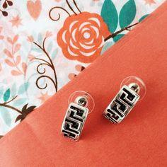 Une paire de boucles d'oreilles discrète, élégante, et trop mignonne !!! Moi je les aient adoptées en tout cas ! #Boucles #d'oreille #idmonde #flowers #argenté #mode #jewerly #fashion #bijoux