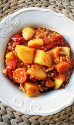 Dania jednogarnkowe to wygoda. Ale przeważnie też oszczędność czasu, bo są na tyle proste, że zajmują go bardzo mało. Poniższy przepis to sposób na coś w rodzaju lecza, tyle że z mięsem mielonym. Dodatek ziemniaków sprawia, że potrawa jest dodatkowo syta. Składniki: 500 g mielonego mięsa wieprzowego 500 g ziemniaków 1 duża papryka czerwona 1…