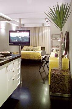 Veja três projetos de apartamentos minúsculos, de 25, 28 e 30 m². No melhor estilo quitinete, eles são cheios de soluções para quem vive em poucos metros. Materiais de boa qualidade, unidade visual e transparência são algumas das dicas. Conheça: