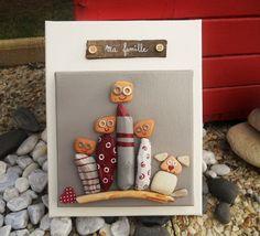 Tableau de famille  réalisé en peinture acrylique, brique de mer   et bois flotté.  Une première toile de 20 cm x 20 cm avec les personnages   peints et collés sur une d - 20168403