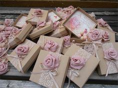 Porta Amêndoa - Caixinha em Papel com Decoração em Renda e Florzinha de Fita