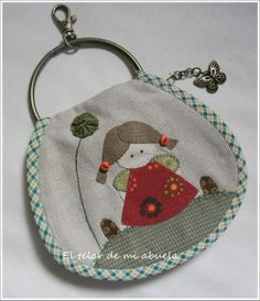 MONEDEROS CON BOQUILLA Y LLAVEROS CON ANILLAS. Japanese Patchwork, Patchwork Bags, Quilted Bag, Applique Patterns, Fabric Patterns, Crochet Patterns, Baby Girl Sweaters, Key Pouch, Key Covers