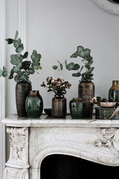Décorer son intérieur en hiver grâce à l'eucalyptus   Maison Allaert Blog Vase Vert, L Eucalyptus, Turbulence Deco, Broste Copenhagen, Kinds Of Salad, Blog Deco, Around The Corner, Apartment Interior, Ceramic Bowls