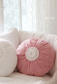 Round cushion with gathered cover and doiley in the middle. I like the idea of using several prints & plains in 2 colours to make a set of cushions. Crochet Cushions, Crochet Pillow, Sewing Pillows, Diy Pillows, Decorative Pillows, Fabric Crafts, Sewing Crafts, Crochet Projects, Sewing Projects