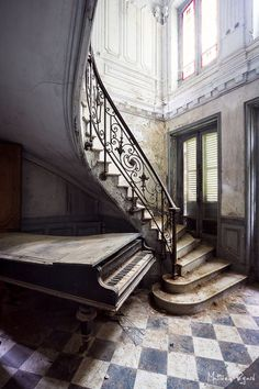 requiem for pianos: romain thiery captures pianos in abandoned villas Abandoned Property, Abandoned Castles, Abandoned Places, Old Abandoned Houses, Old Mansions, Abandoned Mansions, Old Buildings, Abandoned Buildings, Beautiful Buildings