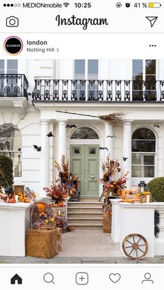 Fall is in full swing and it's time to start thinking about how you want to decorate your front porch for Halloween. Looking for the best Halloween front porch decor ideas? Halloween is just aroundRead Halloween Front Doors, Halloween Door Decorations, Halloween Home Decor, Outdoor Halloween, Outdoor Decorations, Halloween House, Halloween Ideas, Notting Hill, Best Front Doors