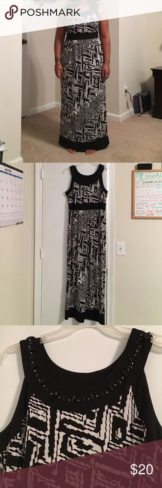 Black and white patterned dress This black and white patterned dress is extremely comfy and great for spring, summer or even fall type weather. It is very cool material. Dress comes to my feet and I'm 5'0. Dresses Maxi