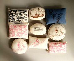 Almohadoncitos retazos, estampados a mano hechos en serigrafía fotograbada. diseño por pequeña ESTAMPA.