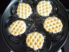 Today the oven stays cold because I introduce you to another hot helper for the pre-Christmas baking season: the good old waffle iron. The post Creamy pumpkin from the waffle iron appeared first on Dessert Factory. Delicious Cake Recipes, Easy Cookie Recipes, Yummy Cakes, Baking Recipes, Fun Desserts, Dessert Recipes, Oreo Dessert, Biscuit Cookies, Waffle Iron