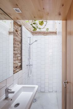 Bathroom with exposed raw brick wall. Casa Caballero by Ágora. Baths Interior, Bathroom Interior Design, Bathroom Linen Closet, Small Bathroom, Tiny House Design, Exposed Brick, Brick Wall, Bathroom Inspiration, Future House
