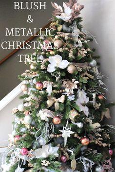 Flocked Christmas Trees Decorated, Elegant Christmas Trees, Christmas Trees For Kids, Pink Christmas Decorations, Metal Christmas Tree, Christmas Tree Themes, Green Christmas, Rustic Christmas, Christmas Tree Decorating Tips